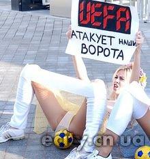 """FEMEN с мячами между ног устроили акцию """"УЕФА атакует наши ворота"""""""