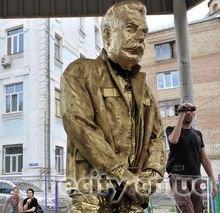 Во Львове, Одессе и Киеве установили памятник писающему Сталину