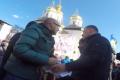"""В Чернигове охранники Порошенко вырвали у журналиста плакат """"А что там Свинарчук?"""". ВИДЕО"""